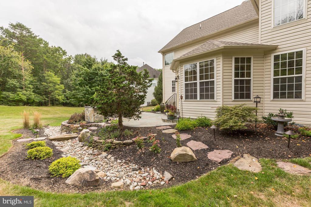Extensive Landscaping - 43130 KIMBERLEY CT, LEESBURG