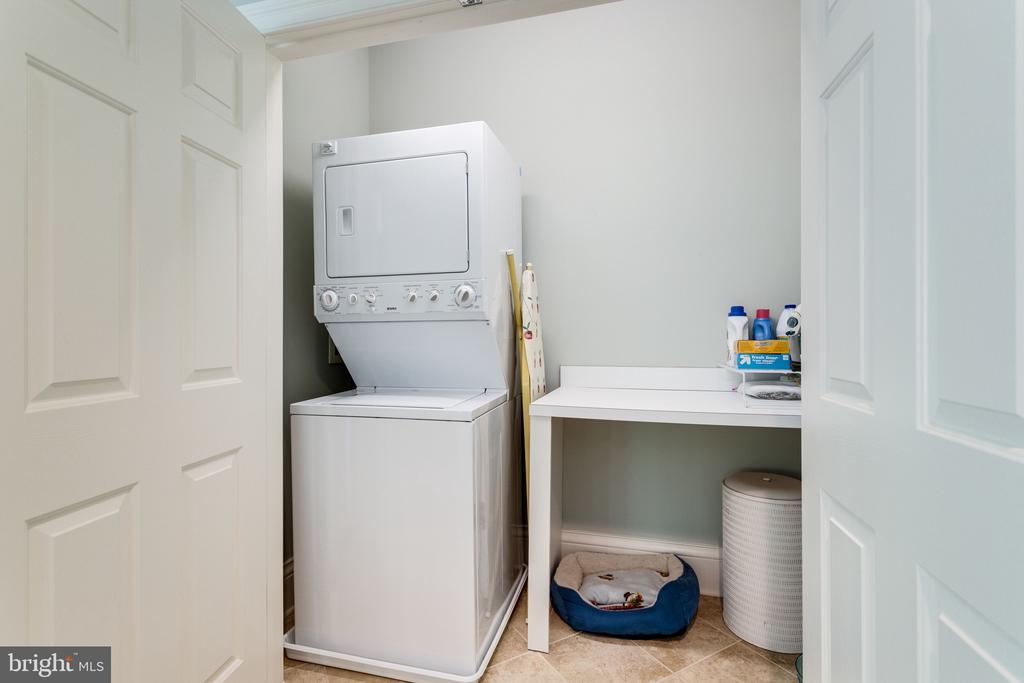 Au pair Suite with its Own Washer/Dryer - 2479 OAKTON HILLS DR, OAKTON