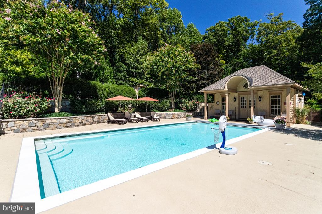 Beautiful Landscaping Provides Privacy - 2479 OAKTON HILLS DR, OAKTON