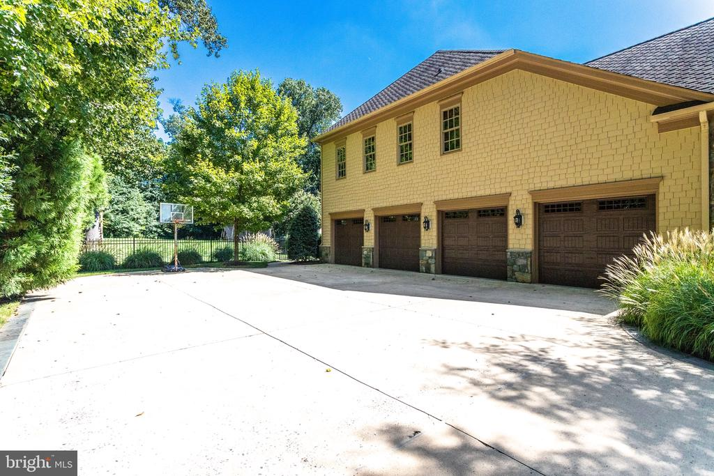 4 Car Sideload Garage Plus Plenty of Parking - 2479 OAKTON HILLS DR, OAKTON