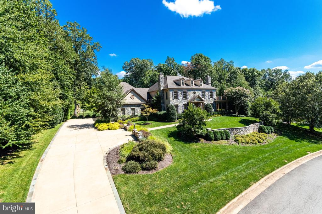 In the heart of Oakton just minutes to Town Center - 2479 OAKTON HILLS DR, OAKTON