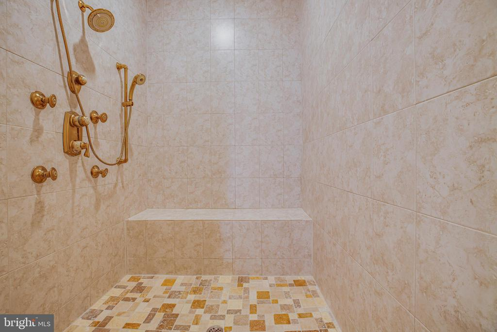 Large walk in shower - 13610 KALMBACKS MILL DR, FREDERICKSBURG