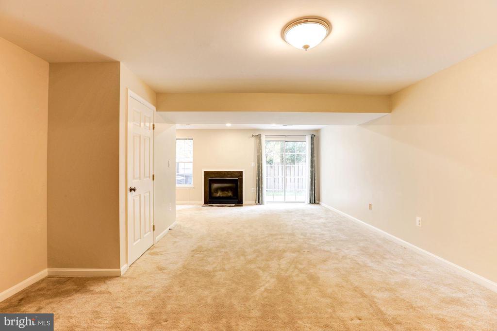 Lower Level Family Room w/ Gas Fireplace & walkout - 15083 JARRELL PL, WOODBRIDGE