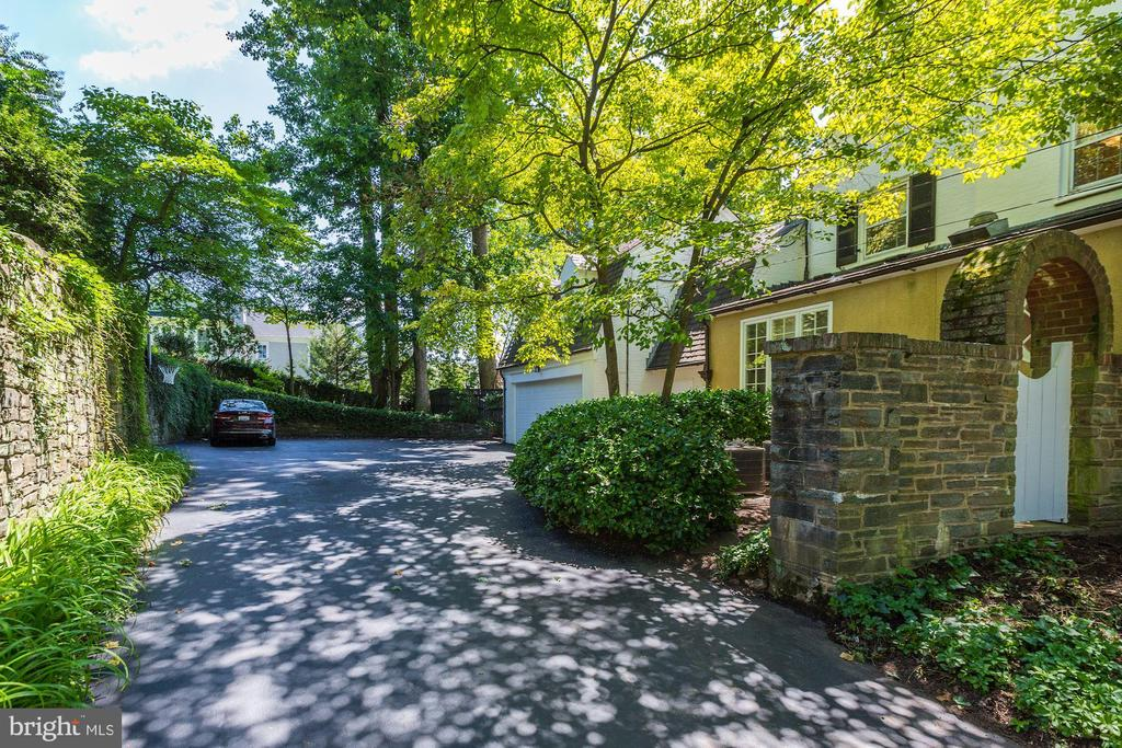 Driveway - 6405 SHADOW RD, CHEVY CHASE
