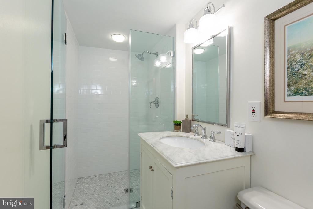 Second bathroom - 2001 19TH ST NW #4, WASHINGTON
