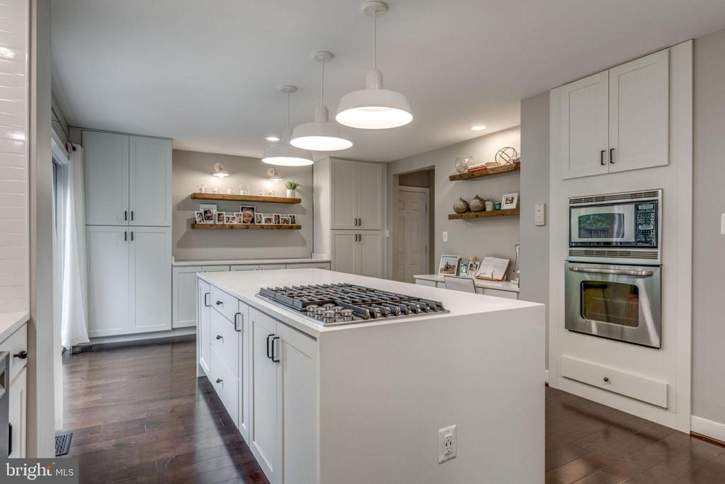 Remodeled kitchen with quartz counters - 20456 TAPPAHANNOCK PL, STERLING