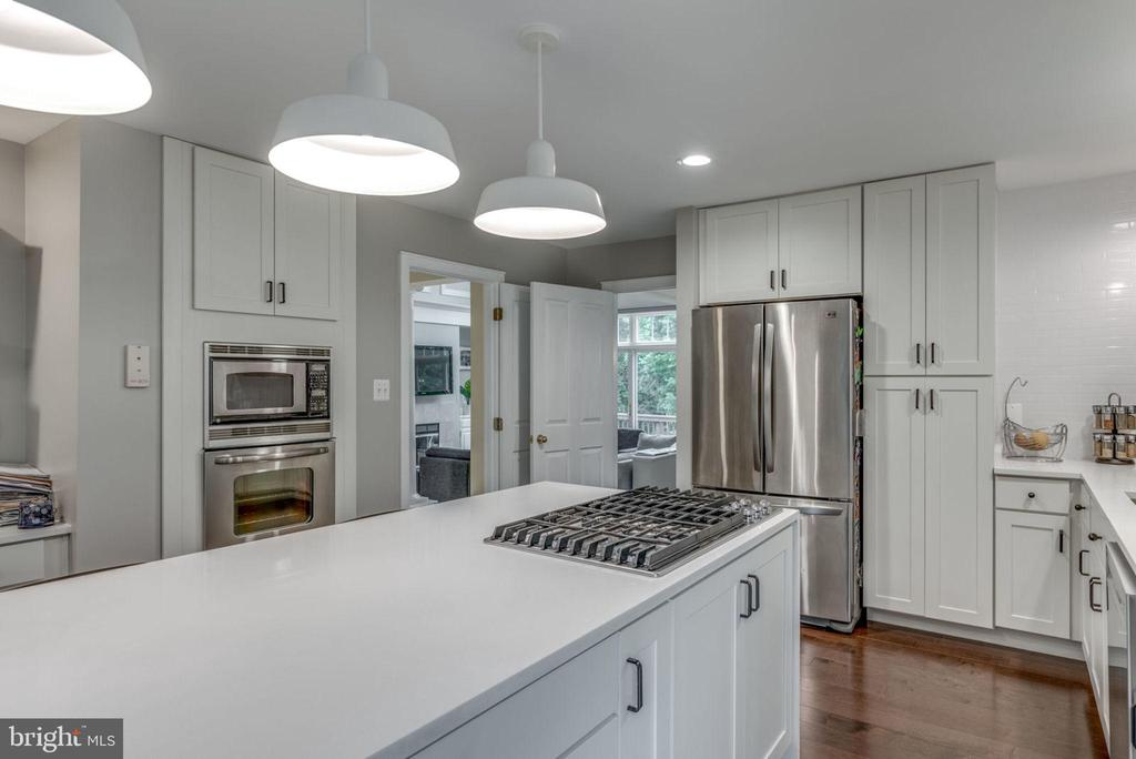 Remodeled kitchen with cooktop in the island - 20456 TAPPAHANNOCK PL, STERLING