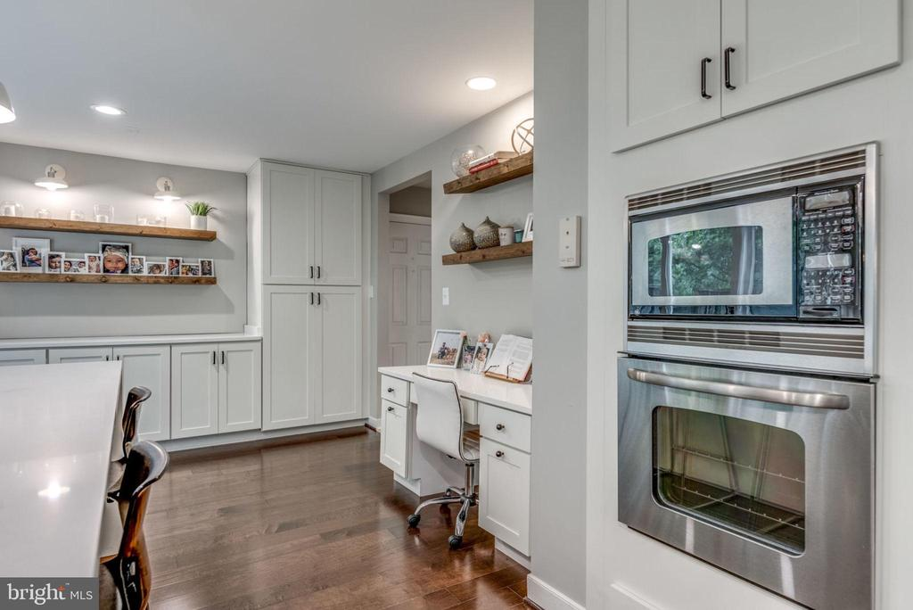 Remodeled kitchen with stainless appliances - 20456 TAPPAHANNOCK PL, STERLING