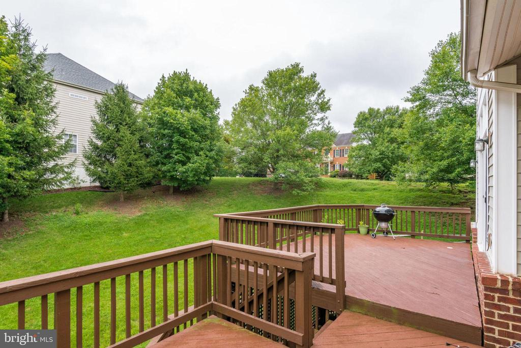 Multi level deck off the family room - 20456 TAPPAHANNOCK PL, STERLING