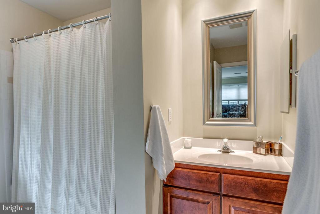 Private bath for bedroom 2 - 20456 TAPPAHANNOCK PL, STERLING