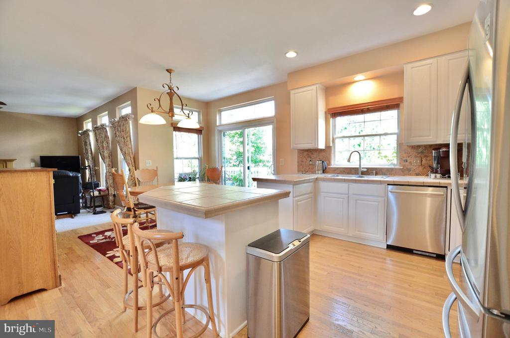 Light and bright kitchen - 43228 CAVELL CT, LEESBURG