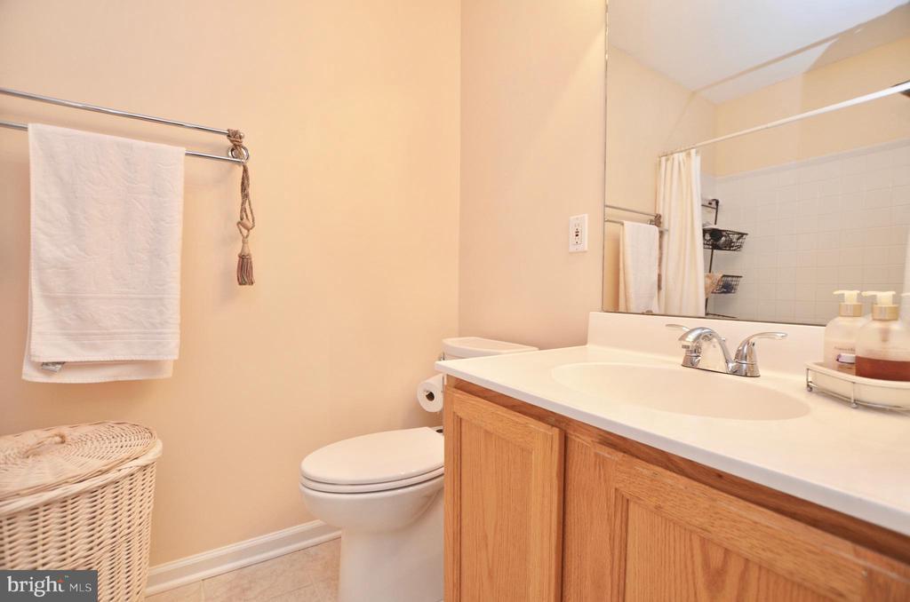 2 full bathroom on upper level - 43228 CAVELL CT, LEESBURG