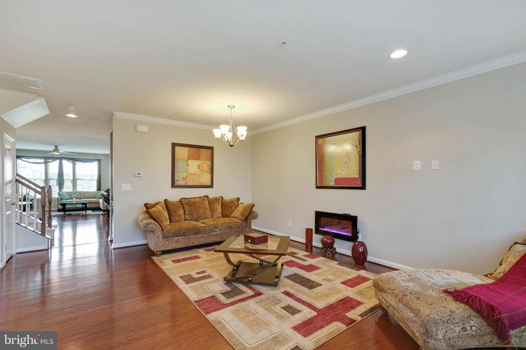Updated and Recess Lighting - 42091 PIEBALD SQ, ALDIE