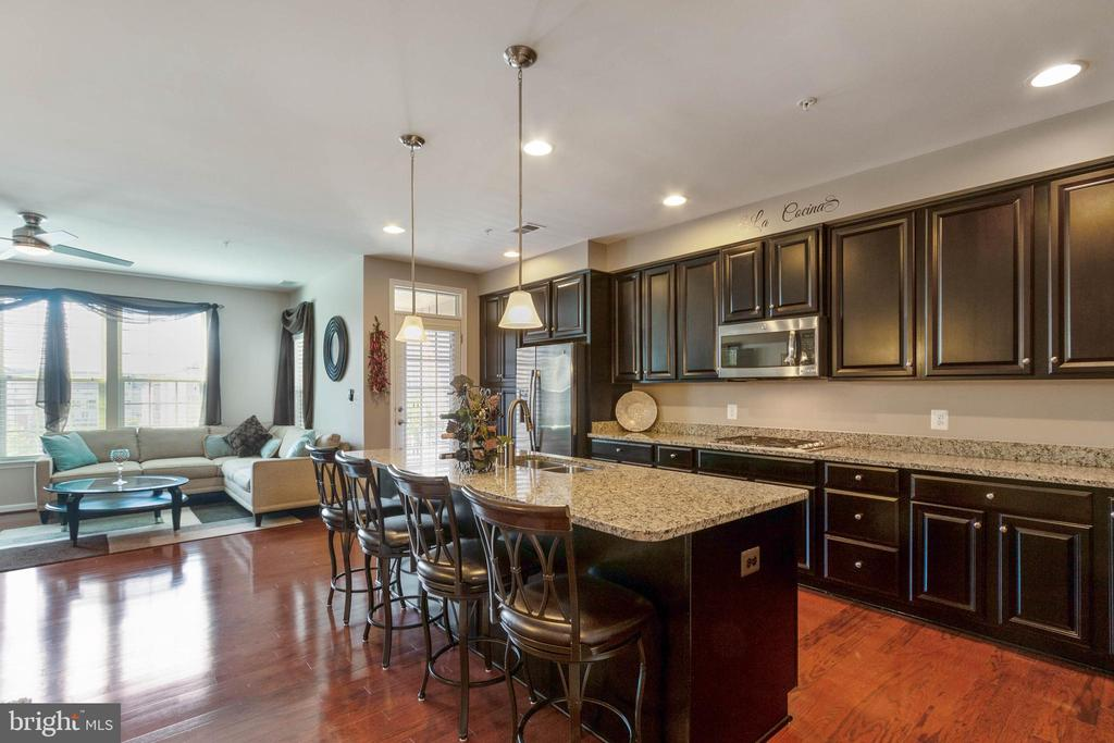 Large Island/Breakfast Bar - 42091 PIEBALD SQ, ALDIE
