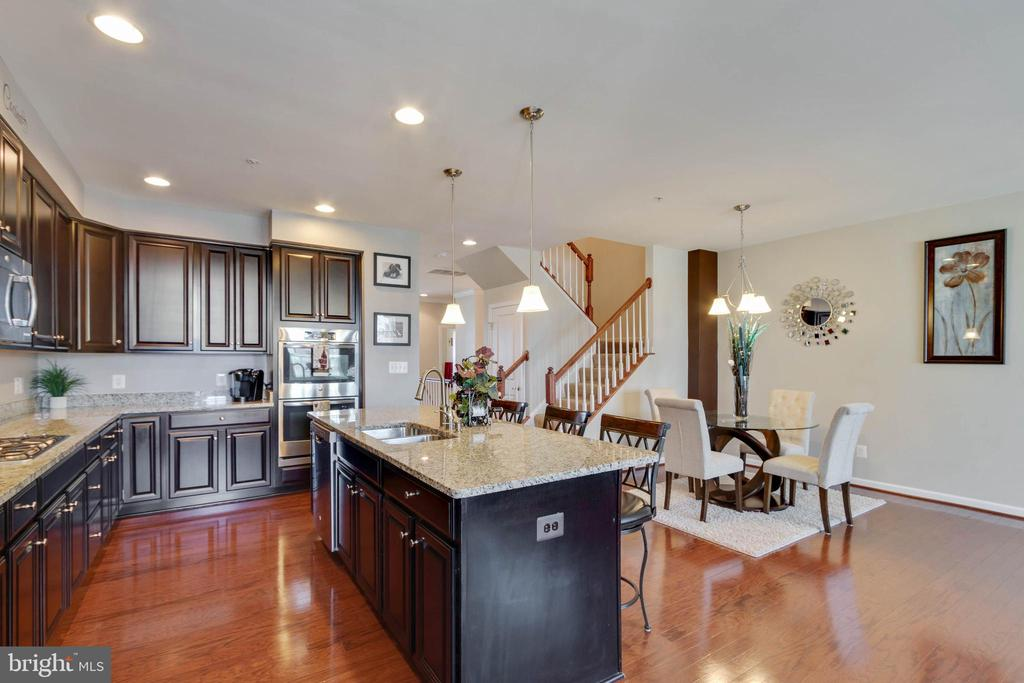 Chef's Kitchen - Ready for Entertaining - 42091 PIEBALD SQ, ALDIE