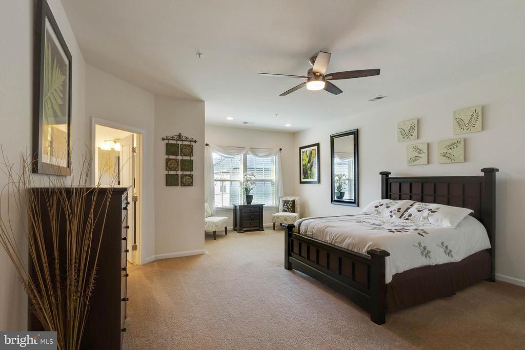 Master Suite with Sitting Area - 42091 PIEBALD SQ, ALDIE