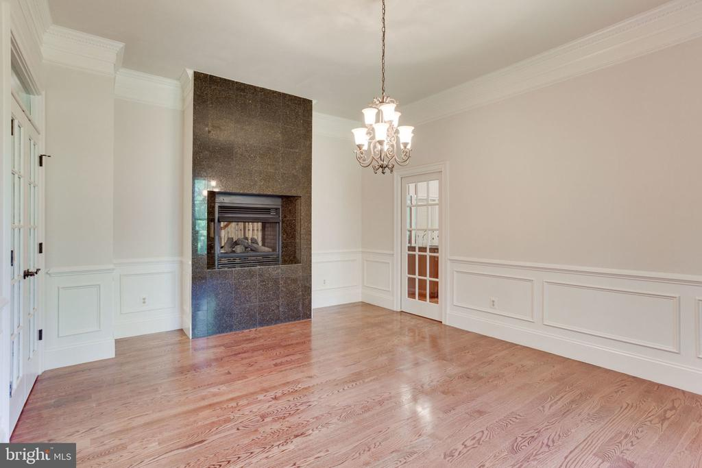 Formal DR w/ dual FP - perfect for cozy dining - 1843 HUNTER MILL RD, VIENNA