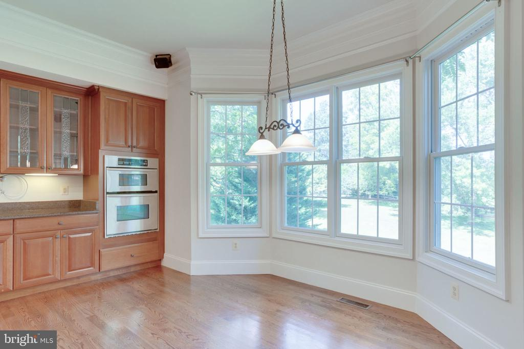 Eat-in kitchen with bay window - 1843 HUNTER MILL RD, VIENNA