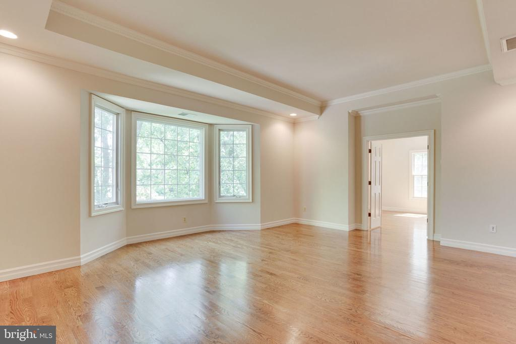 Bay window lets in tons of light! - 1843 HUNTER MILL RD, VIENNA