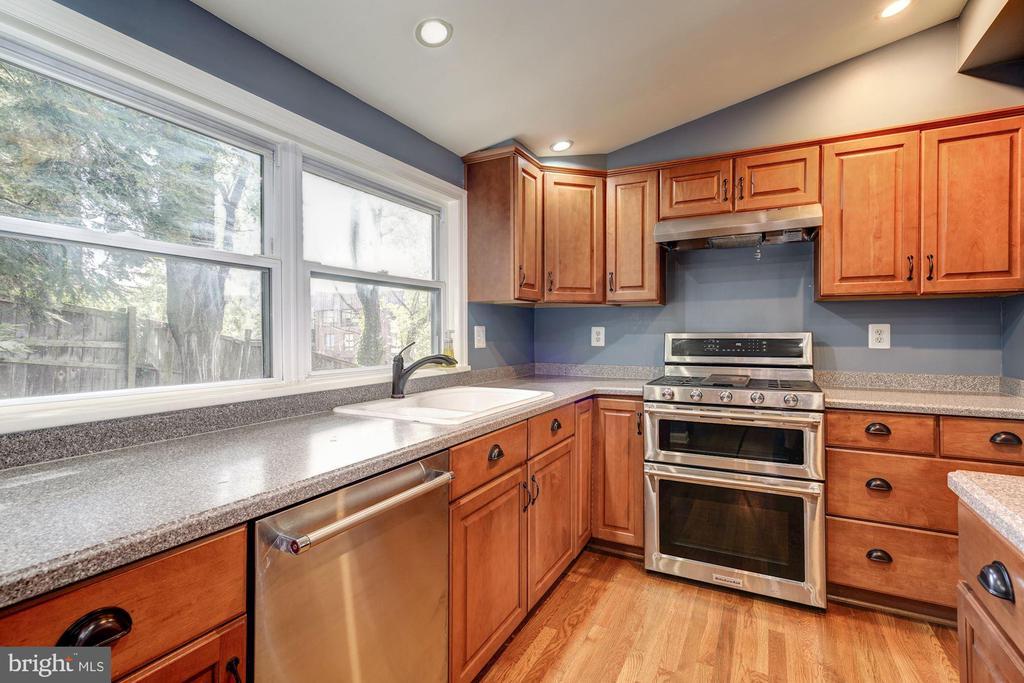 New Kitchen Aid appliances; Corian counters - 716 UPLAND PL, ALEXANDRIA