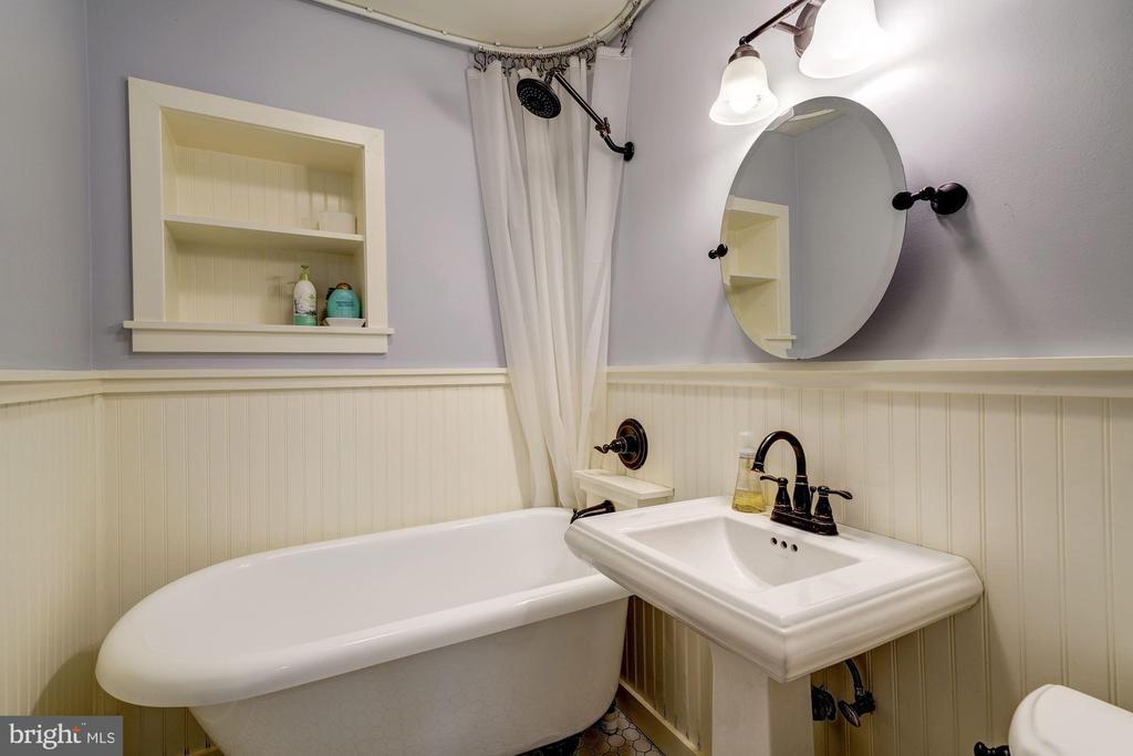 Main Level Bathroom w/claw foot tub - 716 UPLAND PL, ALEXANDRIA