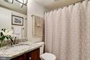 Upgraded second/guest bath with linen closet - 1001 N VERMONT ST #809, ARLINGTON