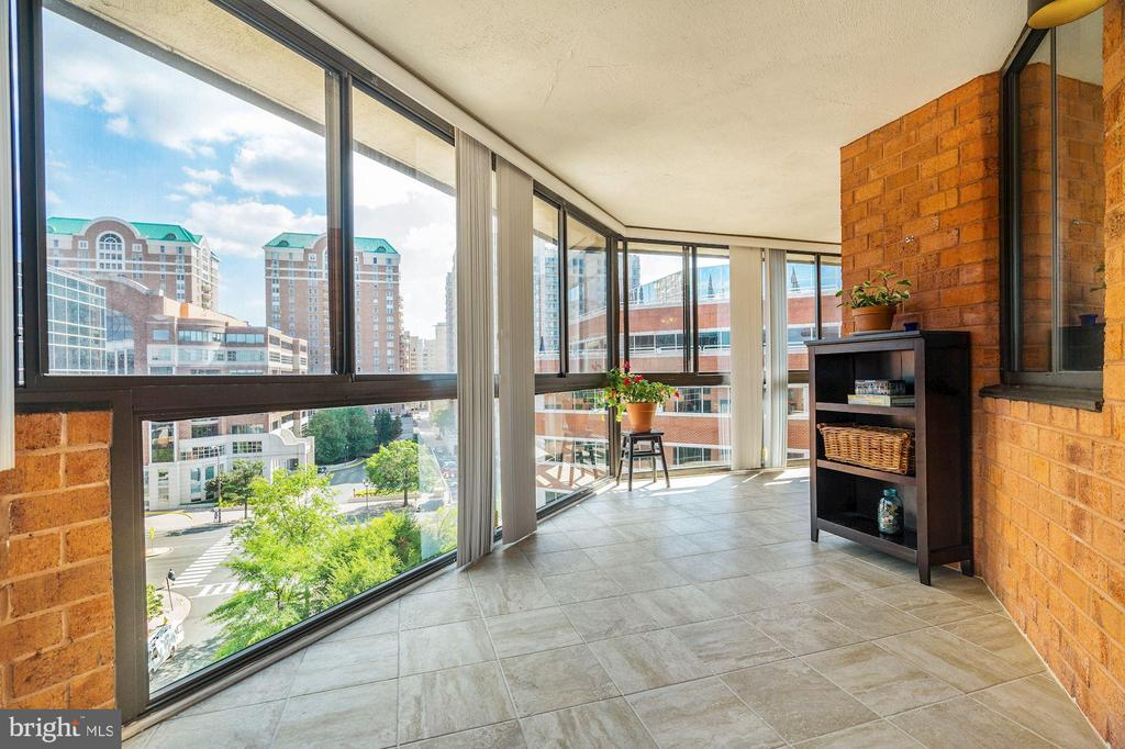 Sunroom gives tons of bonus space - 1001 N VERMONT ST #809, ARLINGTON
