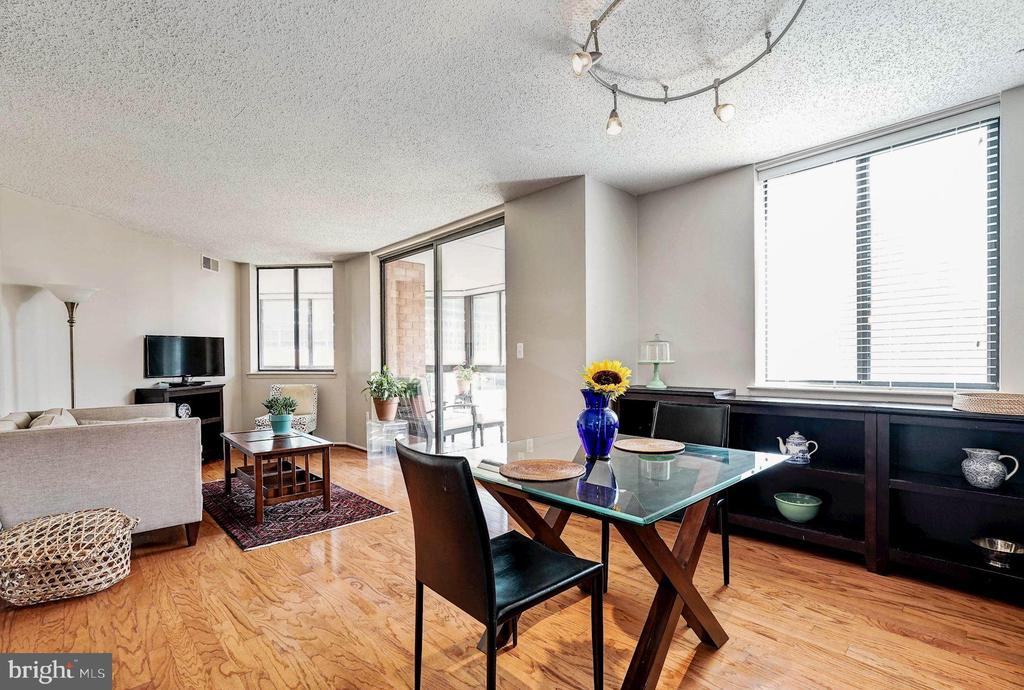 Sun-filled open living and dining - 1001 N VERMONT ST #809, ARLINGTON