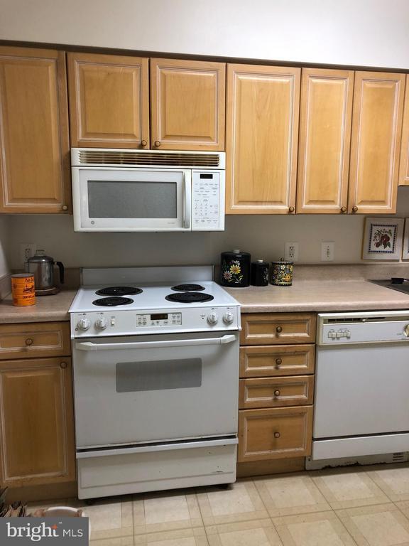 Kitchen : Stove, Microwave - 19375 CYPRESS RIDGE TER #704, LEESBURG