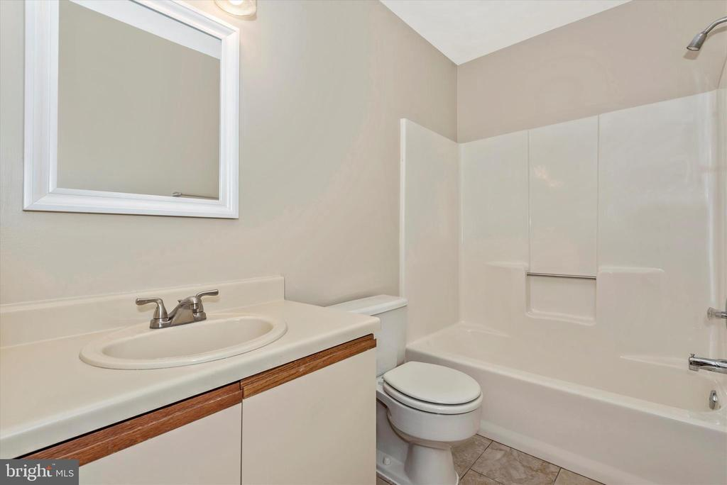 Updated 2nd Floor Hall Bath - 18413 HALLMARK CT, GAITHERSBURG