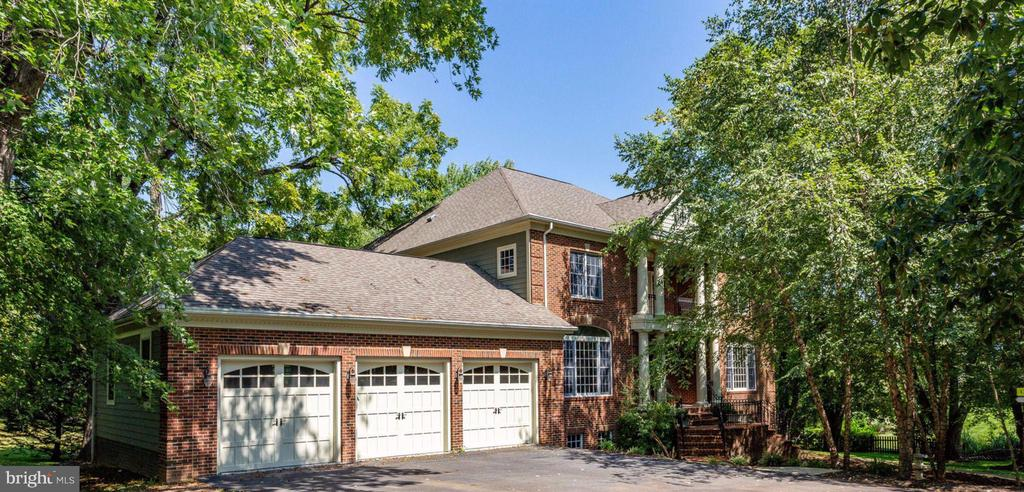 THREE car garage and ample surface parking! - 1843 HUNTER MILL RD, VIENNA