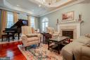 Decorative crown molding. - 1011 N WASHINGTON ST, ALEXANDRIA