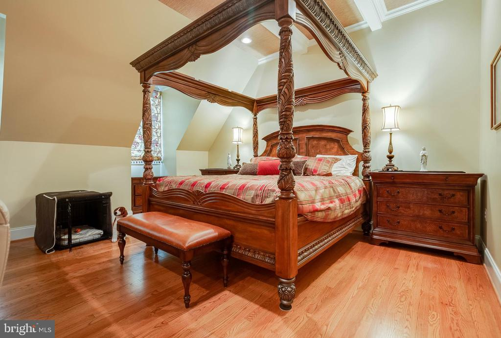 A king size bed fits  with absolute ease! - 1011 N WASHINGTON ST, ALEXANDRIA