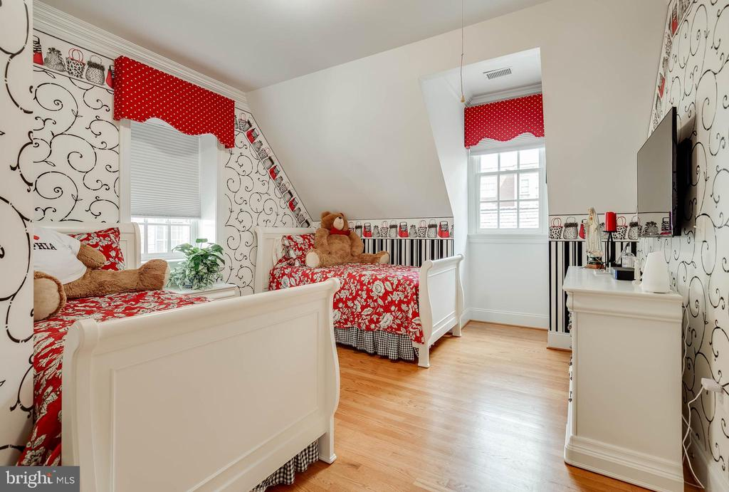 How fun is this room!? - 1011 N WASHINGTON ST, ALEXANDRIA