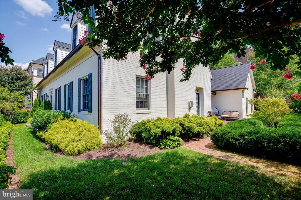 Privacy in the middle of everything you need! - 1011 N WASHINGTON ST, ALEXANDRIA