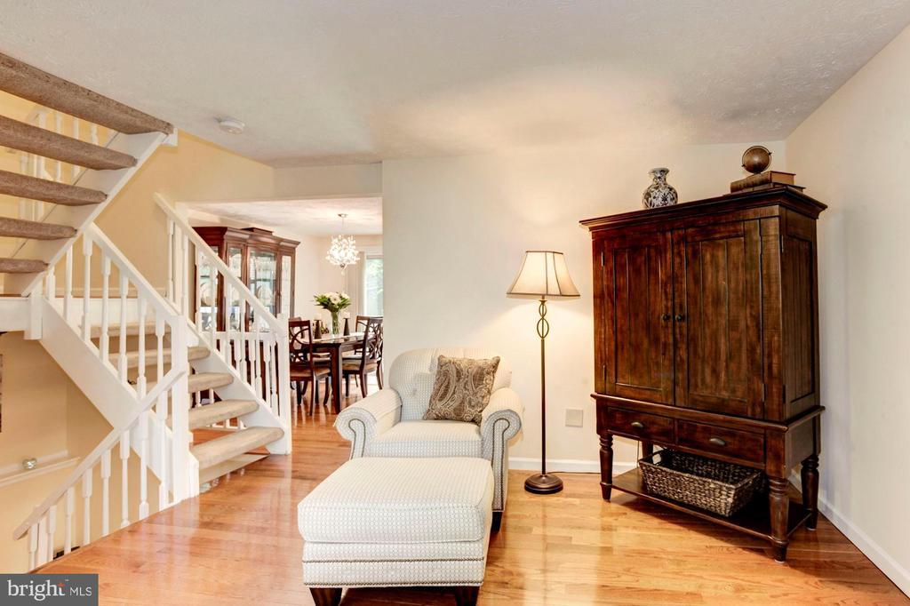 Living Room - Spacious - 6115 GARDENIA CT, ALEXANDRIA