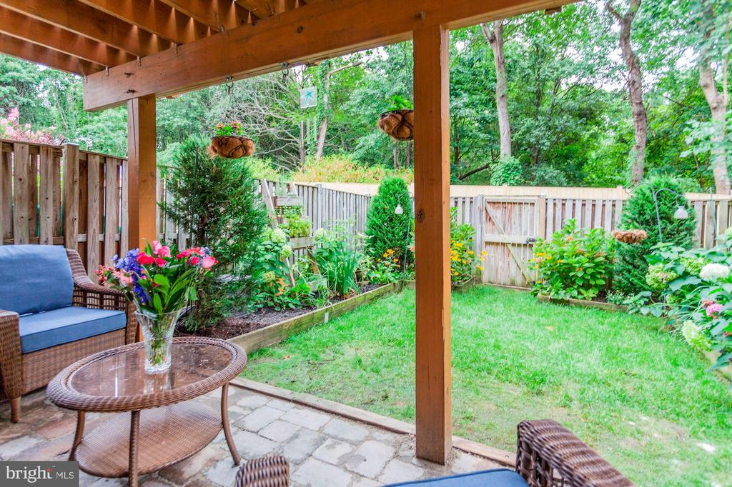 Absolutely Gorgeous, Magical, Beautiful Back Yard! - 6115 GARDENIA CT, ALEXANDRIA