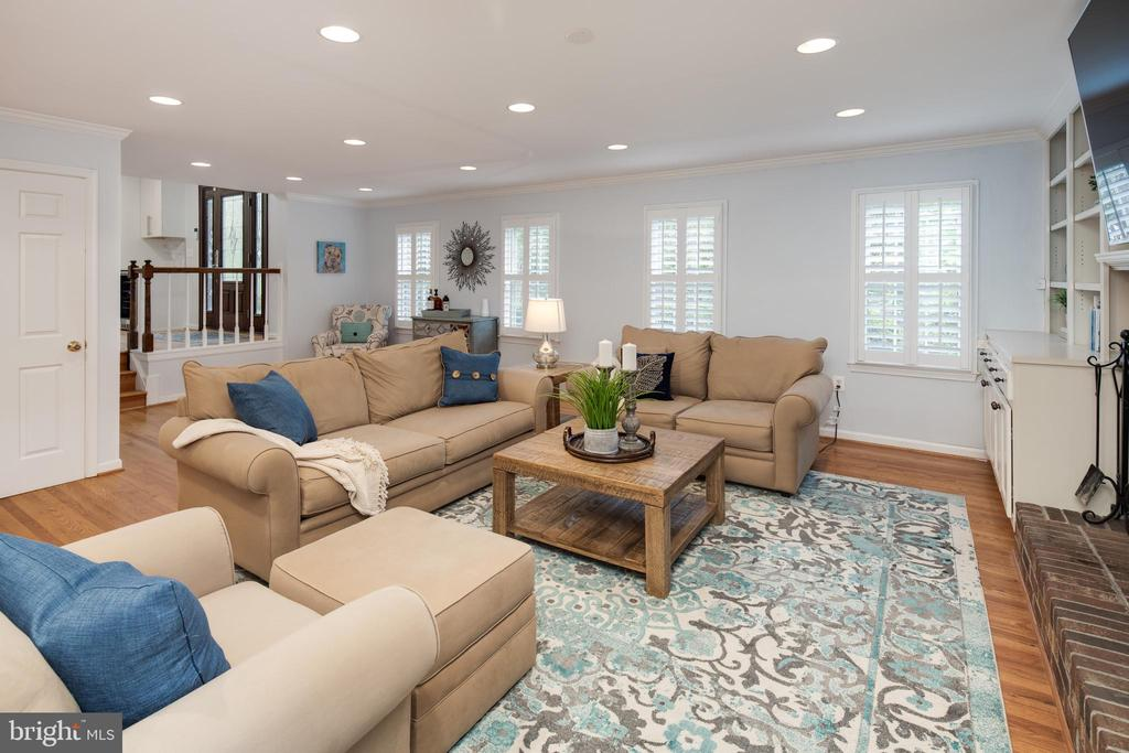 Cozy & bright family room with plantation shutters - 11005 BIRDFOOT CT, RESTON
