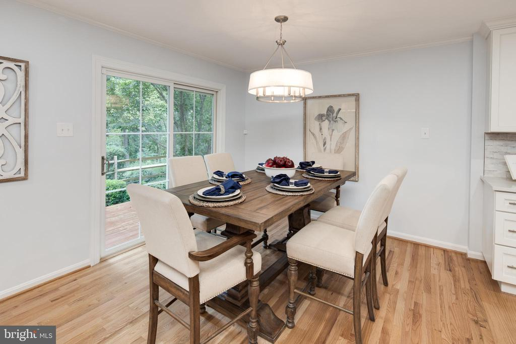 Dining room with a slider to the deck. - 11005 BIRDFOOT CT, RESTON