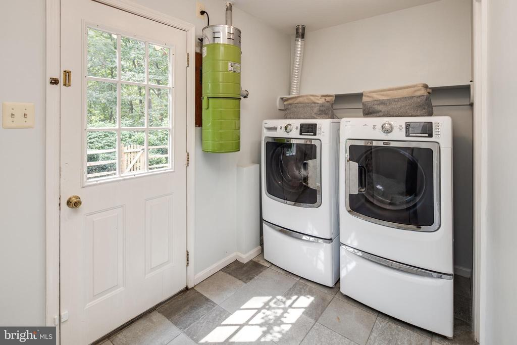 Laundry/Mudroom with walk out to backyard. - 11005 BIRDFOOT CT, RESTON