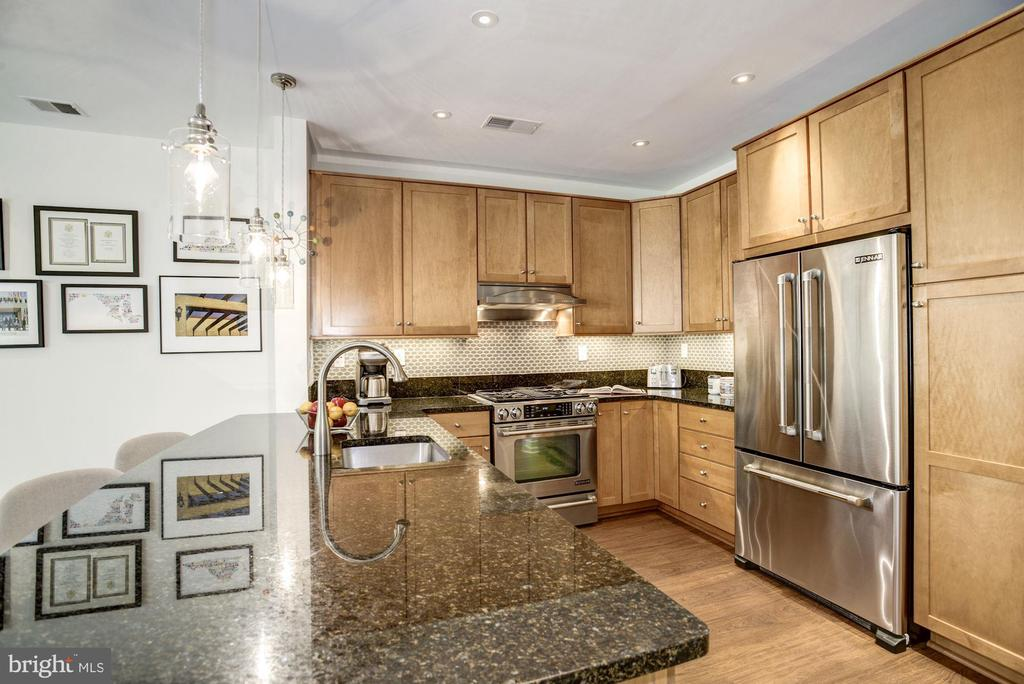 A true cook's kitchen w/ under counter lighting - 1418 N RHODES ST #B102, ARLINGTON