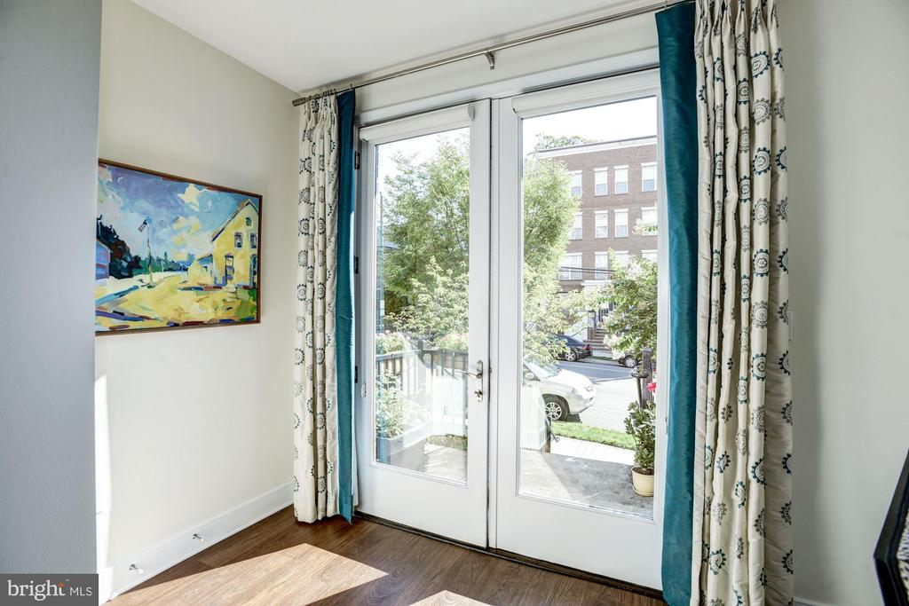 Sunny foyer with patio access - 1418 N RHODES ST #B102, ARLINGTON