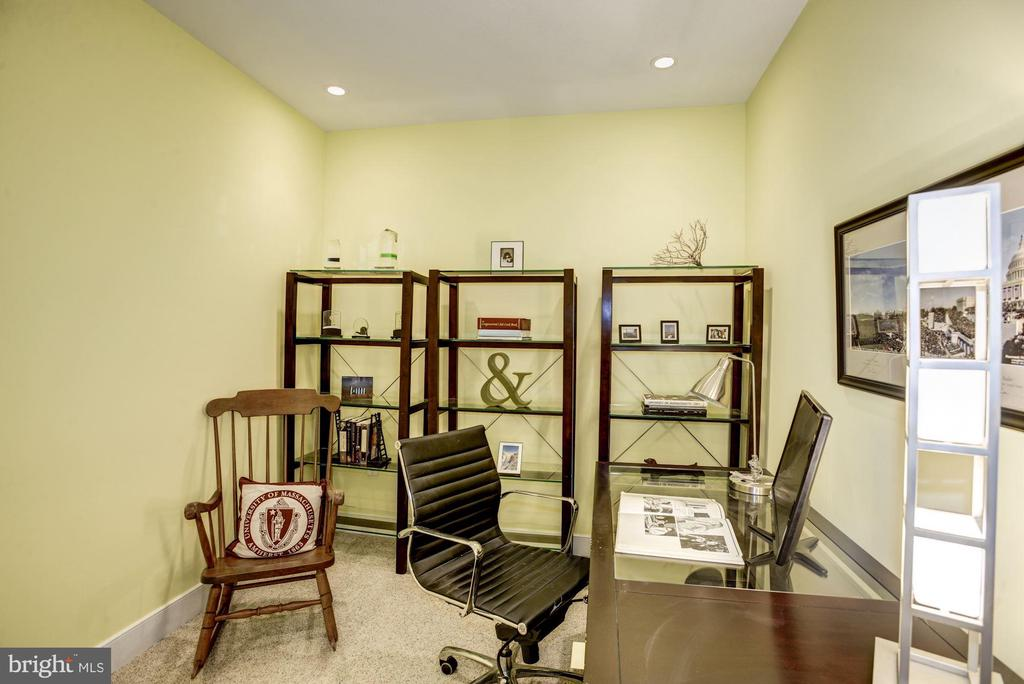 Home office, den, or bonus room off hallway - 1418 N RHODES ST #B102, ARLINGTON