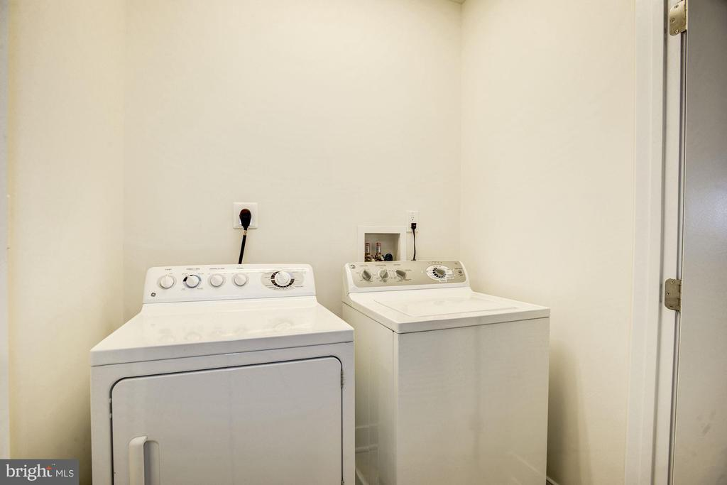 Spacious laundry center on same floor as bedrooms - 1418 N RHODES ST #B102, ARLINGTON