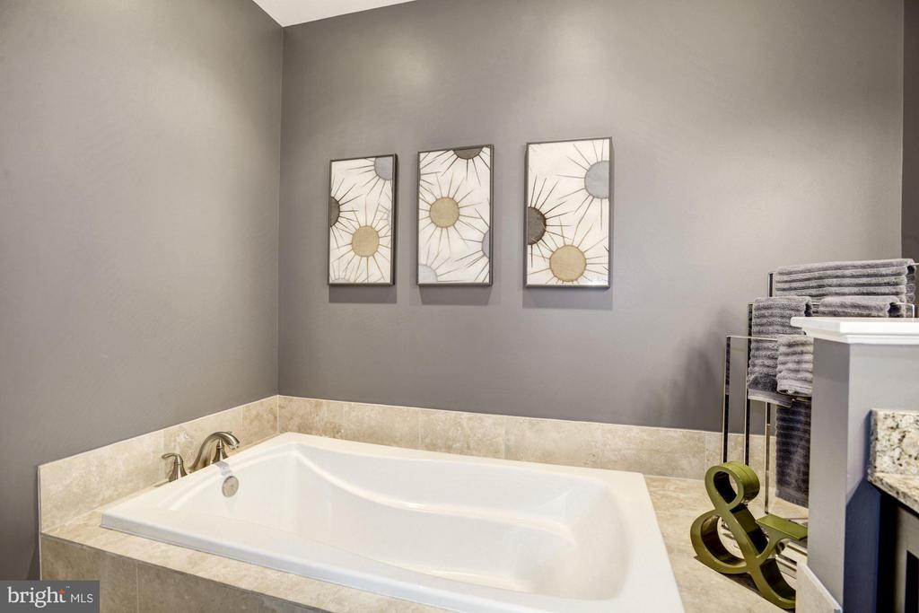 Oversized soaker tub provides spa-type experience - 1418 N RHODES ST #B102, ARLINGTON