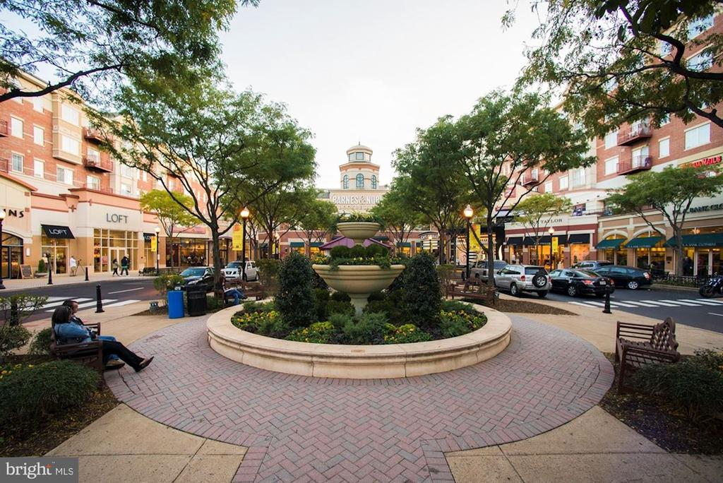 Walking distance to Market Square at Clarendon - 1418 N RHODES ST #B102, ARLINGTON
