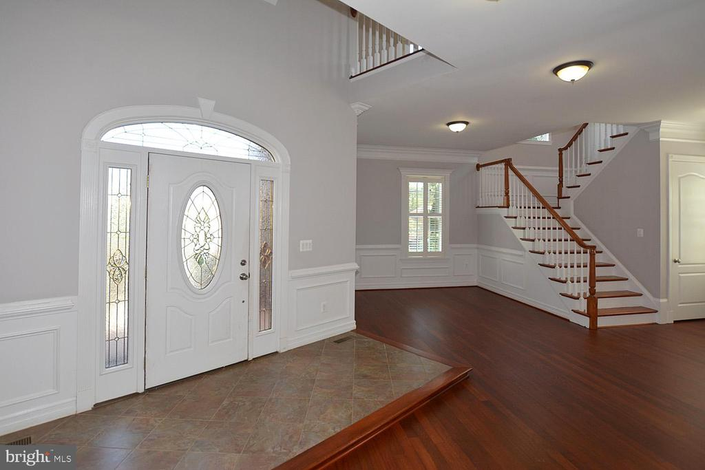 Two story Foyer with Sitting Area Welcomes Guests - 1706 N RANDOLPH ST, ARLINGTON
