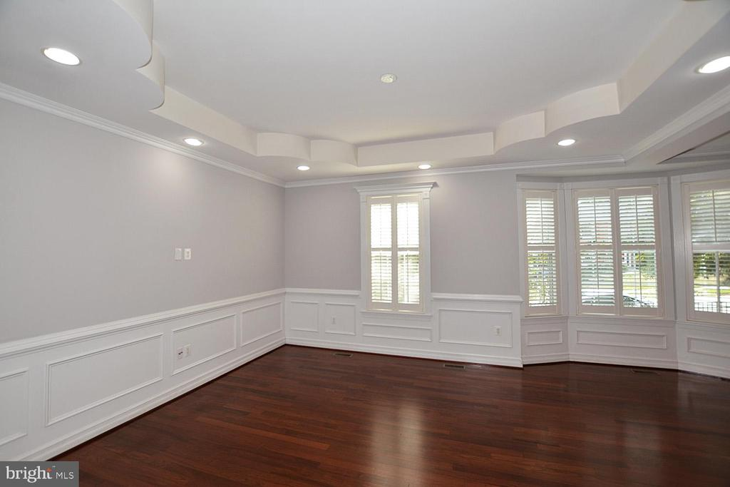 Living Room Has Bay Window and Tray Ceiling - 1706 N RANDOLPH ST, ARLINGTON