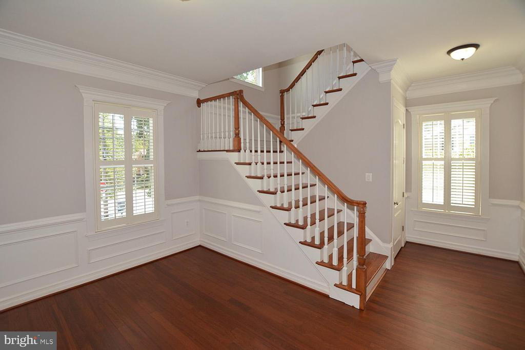 Main Foyer: Guest Sitting Area - 1706 N RANDOLPH ST, ARLINGTON