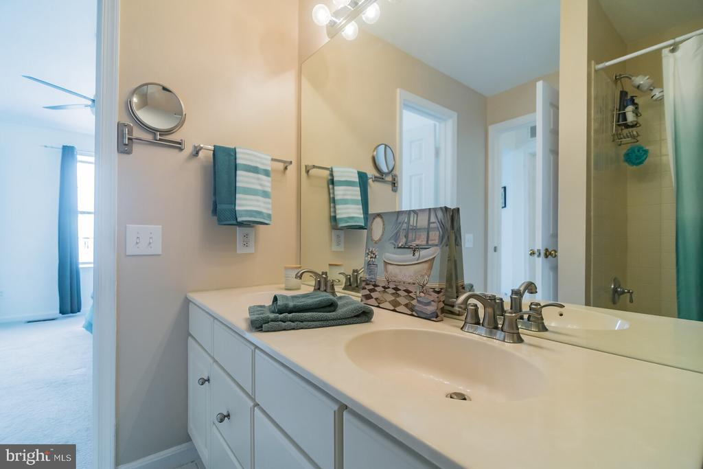 Full bathroom - 46891 EATON TER #300, STERLING